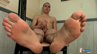 bare-footed Tygger jacking off