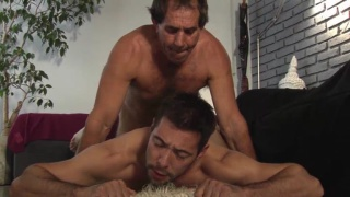 guarda il video: 70-year-old daddy fucks a hot jock