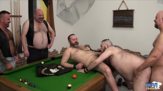 regarder la vidéo: orgy in the bear riders club house