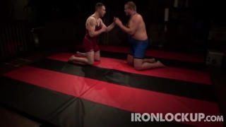 regarder la vidéo: these wrestlers fight dirty