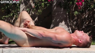 muscle hunk brad bison jacks off by the pool