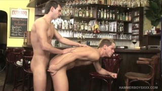 regarder la vidéo: smooth guys fuck over a bar stool