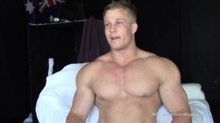 guarda il video: built aussie surfer Lance jerks his cock