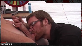 guarda il video: couple of straight guys check out this cocksucker