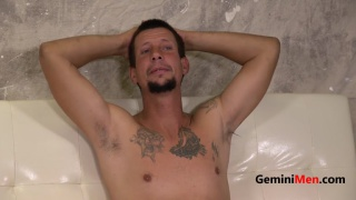 Video ansehen 43-year-old inked guy Jayson Aud