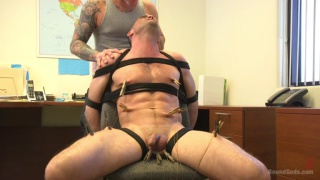 Video ansehen Horny Mechanic Gets Reamed by the Boss!