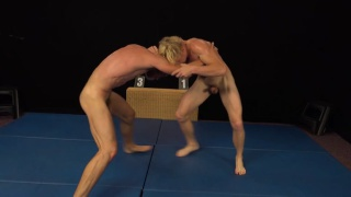 regarder la vidéo: submission wrestling match ends in side-by-side jerk