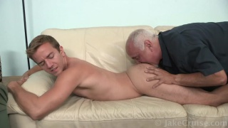 guarda il video: Guy Holiday Serviced