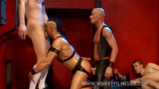 2 hung leather men fill slotmachine's fuck hole