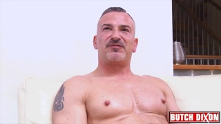 guarda il video: DILF Giorgio Arsenale plays with his cock