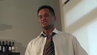 guarda il video: handsome daddy jacks his dick