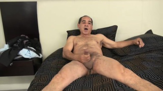 guarda il video: older short latino man jerks off