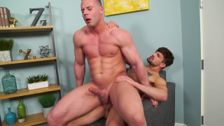 guarda il video: bottom stud gets fucked with his legs in the air