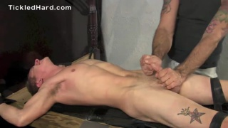 guarda il video: straight guy's first-ever bondage and tickling session