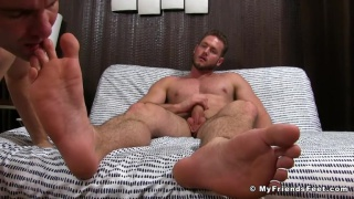 muscle hunk gets his feet rubbed and worshipped