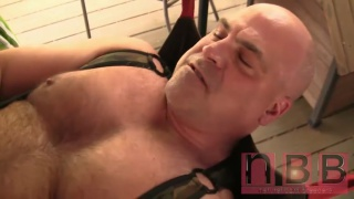 Muscled stallion & daddy play dirty in a sling